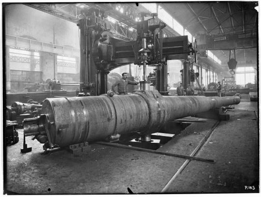 Usine du creusot des tablissements schneider arillerie per age des tourillons d 39 un canon de - Canon de percage ...