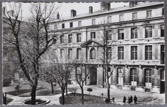 """Cour du Grand Commun, Hôpital Militaire """"Dominique Larrey""""   Images d'Art"""