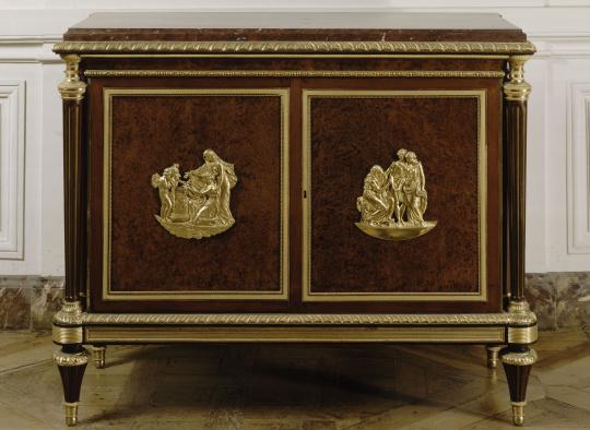 Adam Weisweiler | Commode en bas d'armoire livrée en 1788 pour le Cabinet  de la garde-robe de Louis XVI à Versailles | Images d'Art