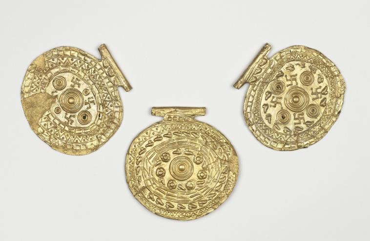 Boisseau Ceramique : Trois pendentifs : ?l?ments de collier (?) ? motifs g?om?triques