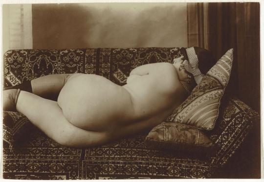 Femme dos nu allongé