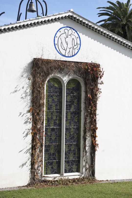 une vue de la faaade ouest. Vue Extérieure, La Chapelle Du Rosaire à Vence, Façade Ouest : Médaillon De Vierge L\u0027Enfant Une Faaade A