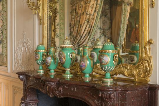 Charles-Nicolas Dodin | cinq vases posés sur la cheminée de la chambre de Madame  Victoire | Images d'Art
