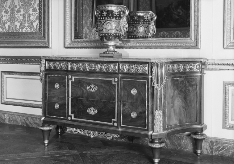 Andr charles boulle commode forme tombeau dite mazarine for Andre julien kitchen cabinets